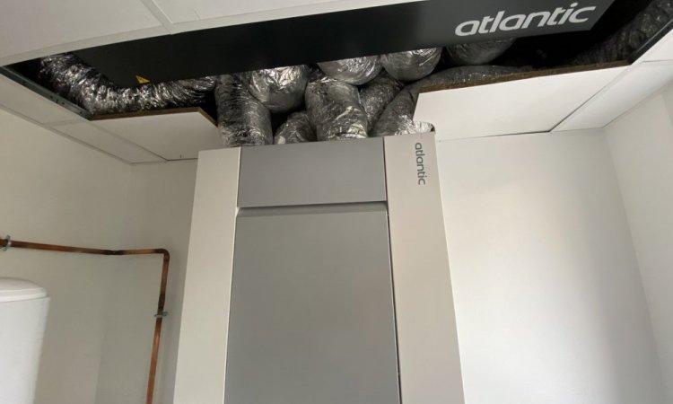 Installateur de climatisation et de ventilation dans des locaux